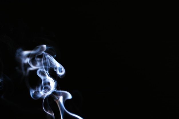 Синий волнистый дым на черном фоне