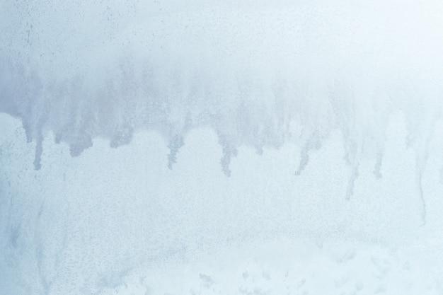 ガラスの上の青い冬の氷の飾り