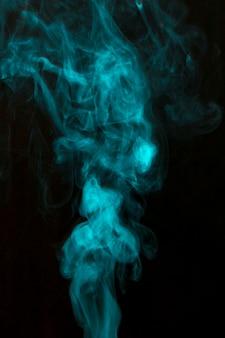 검은 배경에 파란색 전경이 연기 확산