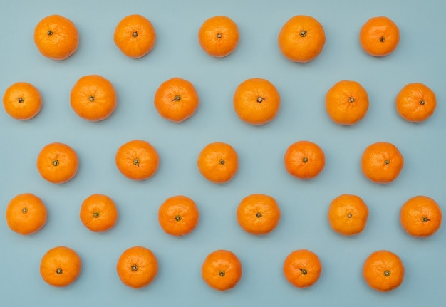 Синий с оранжевыми мандаринами.