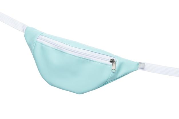 흰색과 파란색 삽입 벨트 가방 흰색 배경에 고립. 확대.