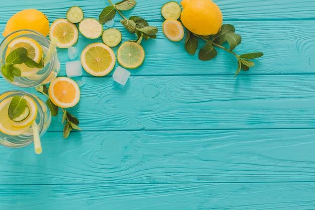 夏のドリンクと空白のある青い木製の表面