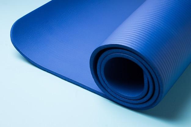 Синий коврик для йоги. оборудование для йоги. концепция здорового образа жизни и спорта.