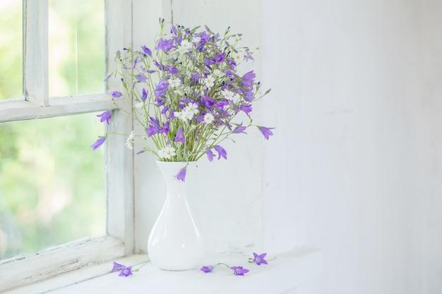 窓辺の花瓶にブルーベル