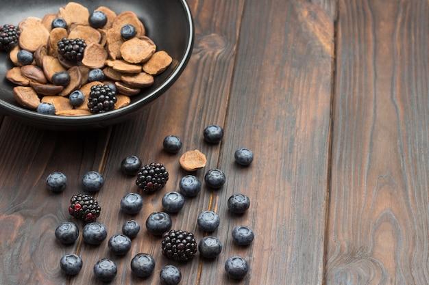 블루 베리와 블랙 베리 테이블에. 초콜릿 팬케이크와 딸기 그릇에.