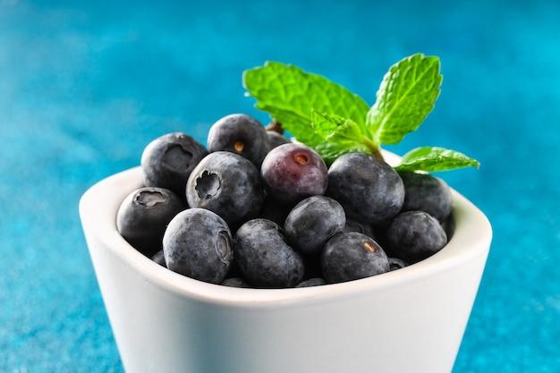 ブルーベリー、ボグwhortleberry、青い背景の上の素晴らしいビルベリー