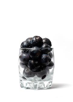 Mirtilli in una tazza di vetro isolata
