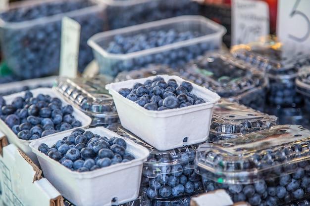 市内の農産物市場でのブルーベリー。ファーマーズマーケットの果物と野菜。