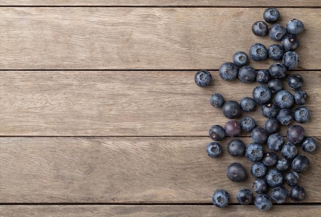 コピースペースのある木製テーブルの上のブルーベリー。