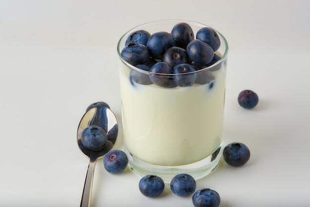 Черника с йогуртом на белом фоне