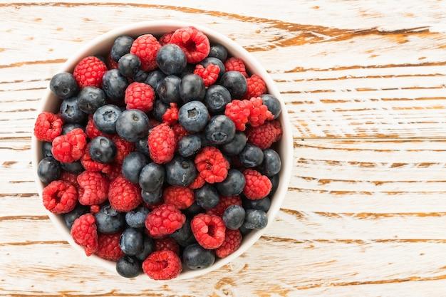 Черника и плод малины