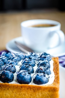 ブルーベリーケーキは一杯のコーヒーでクローズアップ