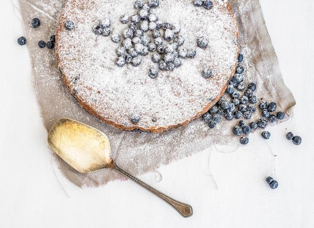 クリーミーなアイシングと新鮮なブルーベリーのブルーベリーケーキ