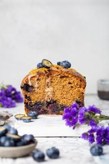 オレンジの皮と粉砂糖のブルーベリーケーキ
