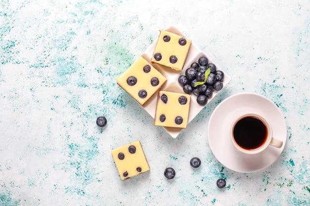 꿀과 신선한 딸기와 블루 베리 치즈 케이크 바