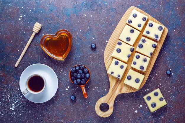 꿀과 신선한 딸기가 들어간 블루 베리 치즈 케이크 바