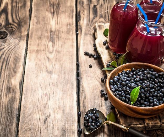 ブルーベリーフレッシュジュース。木製のテーブルの上。