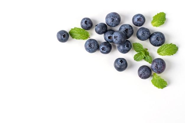 블루 베리 과일 상위 뷰 흰색 배경에 고립, 민트 잎과 평면 누워 오버 헤드 레이아웃