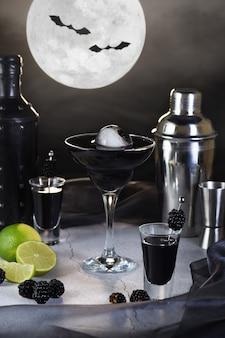 블루베리 마티니는 잔에 담긴 보름달 티니입니다. 할로윈 칵테일 아이디어