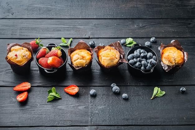 ブルーベリーマフィン、黒い木製のテーブルテーブル