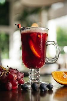 ブルーベリーグリューワインとオレンジとブドウのレストランのテーブル