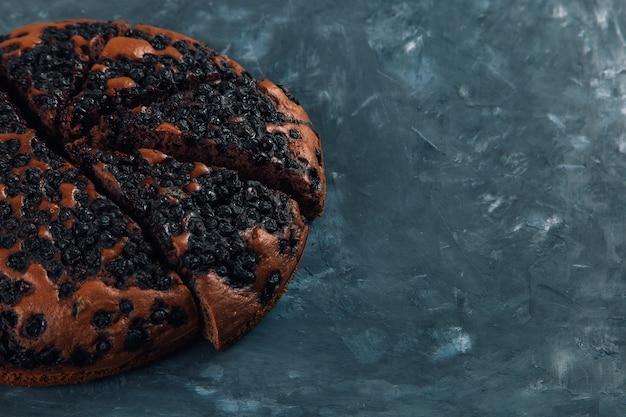 Черничный пирог с ягодами, домашняя свежая выпечка, на камне. скопируйте пространство.