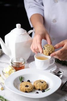 ブルーベリーのスコーン、ティータイムのために焼かれた伝統的な英国の焼き菓子