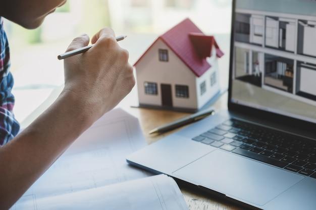 Инженер планирует нарисовать структуру дома на blueprint и набросок дома на компьютере