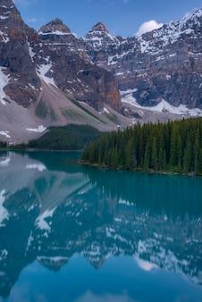 Вертикаль морены озеро закат с бирюзовым озером и bluesky, банф, альберта