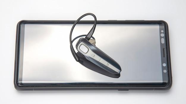Bluetooth крупным планом с мобильным телефоном. цифровые технологии мобильных устройств при передаче звука и данных