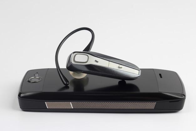 Bluetooth крупным планом с изолированным мобильным телефоном