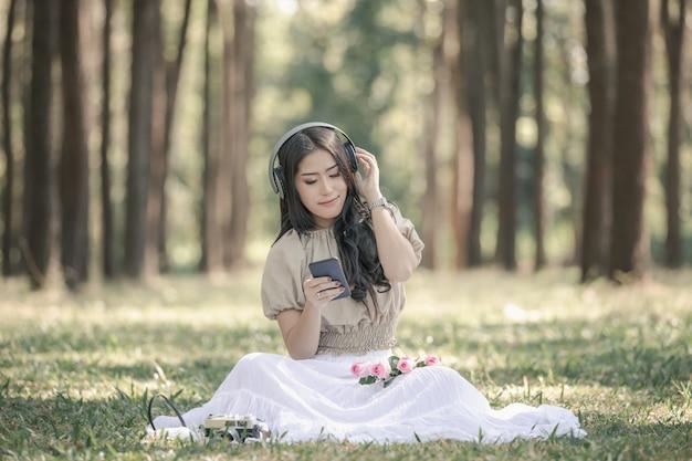 Bluetoothヘッドセットで音楽を聴く女性は、最もリラックスしたひとときを