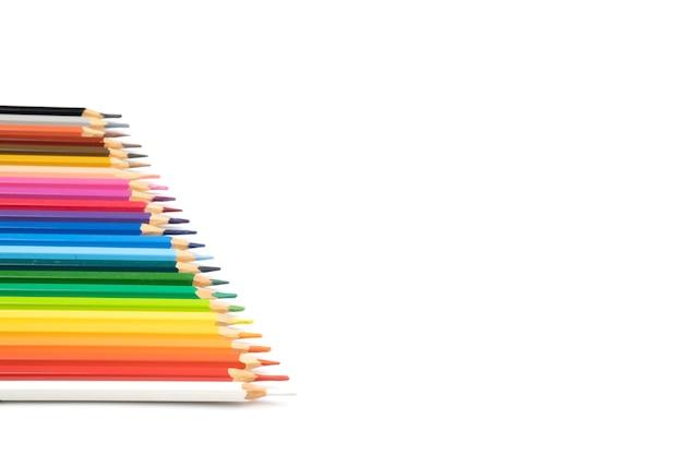 鈍い色鉛筆が白い背景のラインに配置され、ペイントする準備ができています。