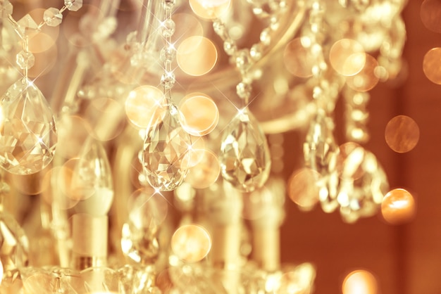 ぼかしとデフォーカスクリスタルシャンデリアの光沢のある輝き