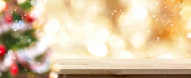 Размытие красочной елки и золотого боке со столешницей