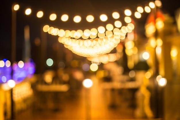 祭りの夜の光の装飾背景をぼかし。
