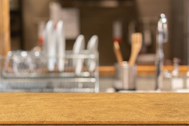 요리 장비와 테이블이 있는 현대적인 주방 내부 흐림