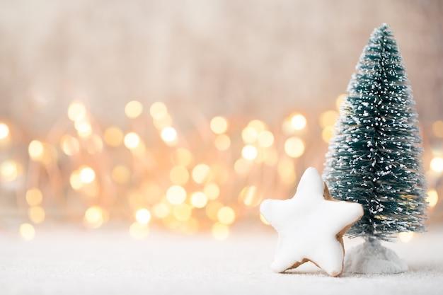 Празднование размытия света на рождественской елке с фоном стены.