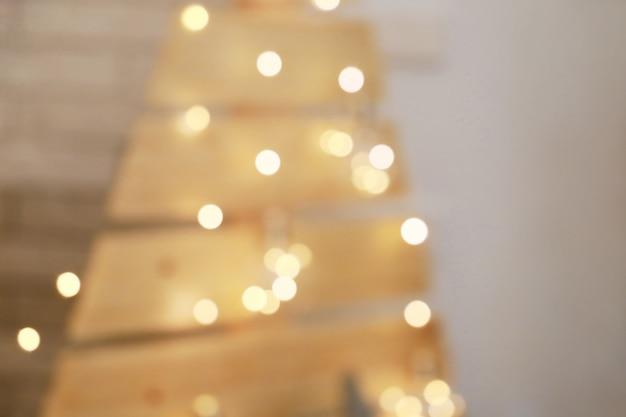 手作りの装飾のぼやけた光のお祝いクリスマスツリー焦点ぼけの休日の背景
