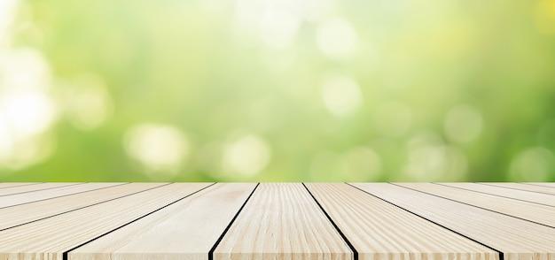 木製のテーブルトップでぼかし自然の背景