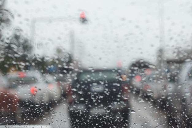 道路の車の外の雨のぼやけ。