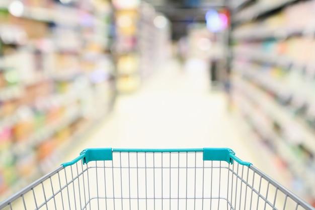 スーパーの通路を空のgblueショッピングカートでぼかします