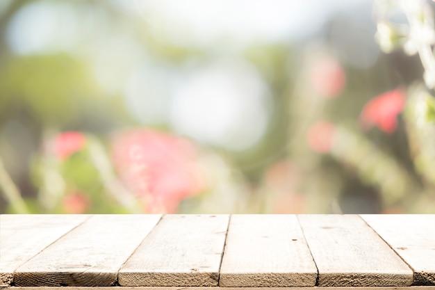 選択的なフォーカスblured甘いパステルヴィンテージbokehの背景に空の木製のテーブル。