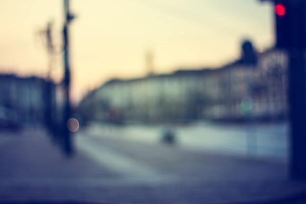 Размытые огни закатной улицы турина. италия