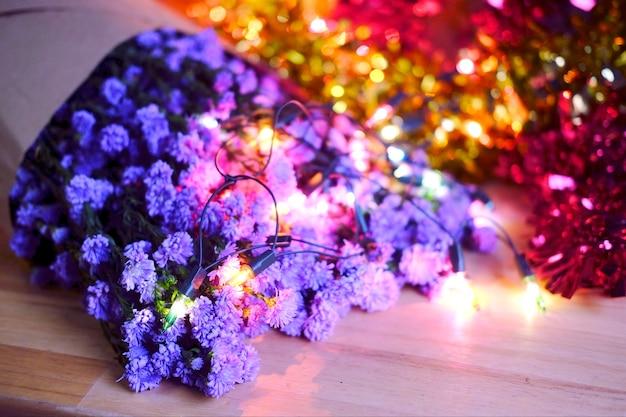 ボールドライト効果の背景と紫のマーガレットデイジーの花bluredの背景