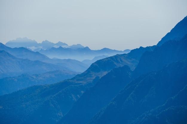 아침 푸른 안개에 코카서스 산맥으로 추상 자연 배경을 흐리게
