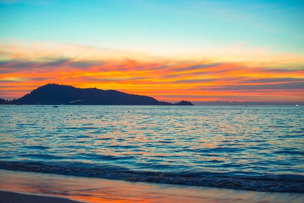 Размытый фон яркий закат на море в азии, вечер на пхукете, пляж патонг