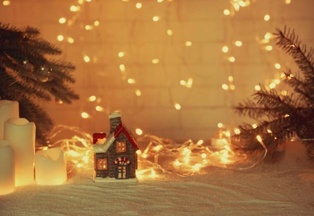 輝く花輪と休日の属性を持つ新年とクリスマスのコラージュのぼやけた背景。