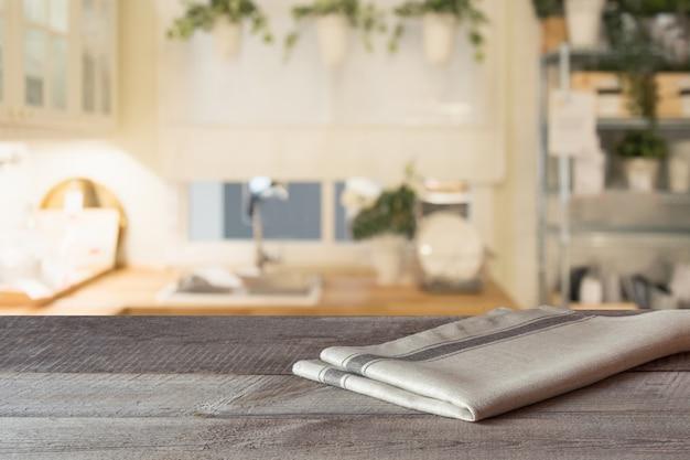 Размытый фон современной расфокусированной пастельной кухни с деревянной столешницей и пространством