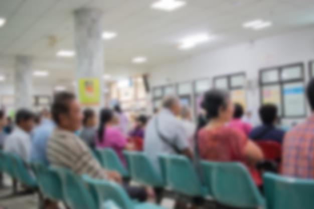 병원이나 클리닉에서 대기중인 아시아 환자의 배경을 흐리게.